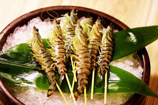 Still alive!? Incredibly fresh shrimp sashimi 199 JPY (one shrimp)! <br />