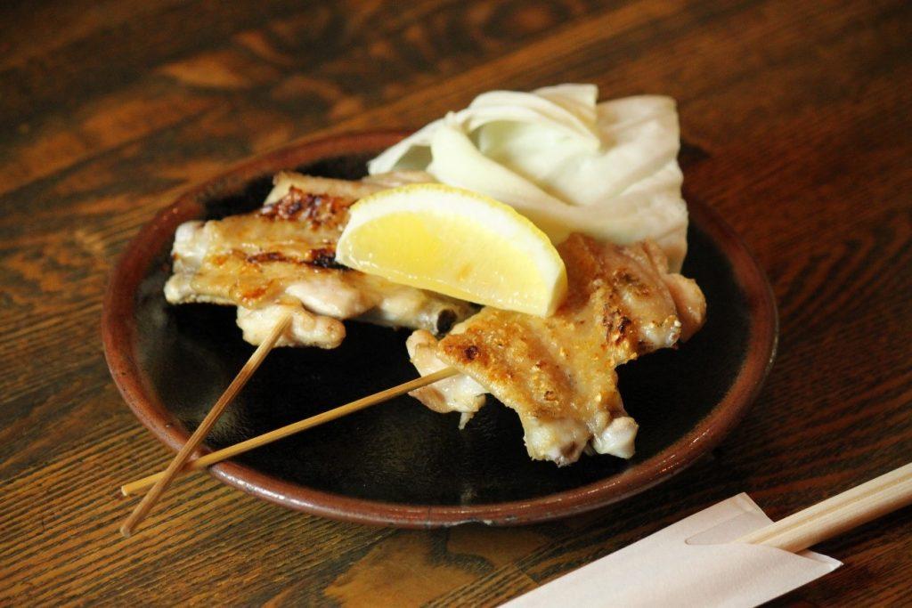 Crispy yet juicy! Grilled salt-seasoned chicken skin skewers